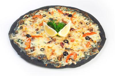 Черная пицца с морепродуктами
